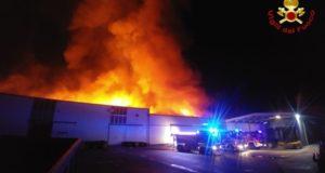 (ANSA) - PRATA (PORDENONE), 31 OTT - Un vasto incendio è divampato attorno alle 19.30 nel mobilificio Santarossa di Villanova di Prata (Pordenone). È la terza volta che la fabbrica brucia nel giro di pochi mesi. (ANSA). Foto Vigili del Fuoco
