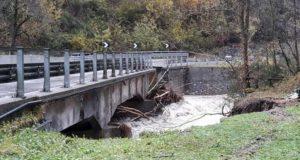 Il cedimento del ponte sul Degano a Comeglians, in Carnia, 30 ottobre 2018. ANSA