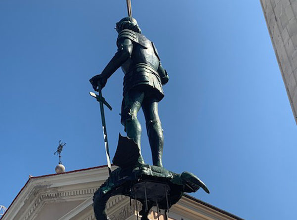 La statua di San Giorgio torna in cima al campanile. Il video